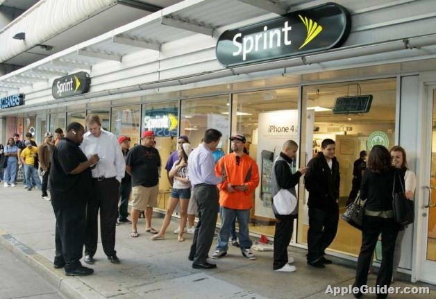 sprint-customers-line-up-for-iphone-2219002